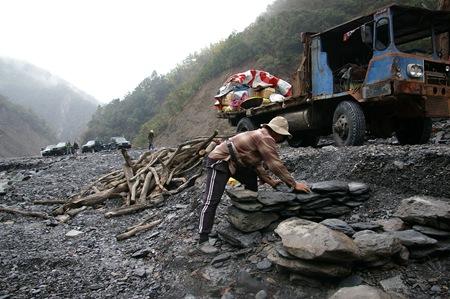 04 部落工作人員作傳統石材設置
