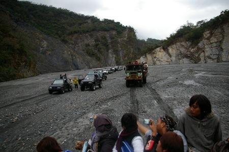 09 部落族人驅車集合於隘寮溪河床