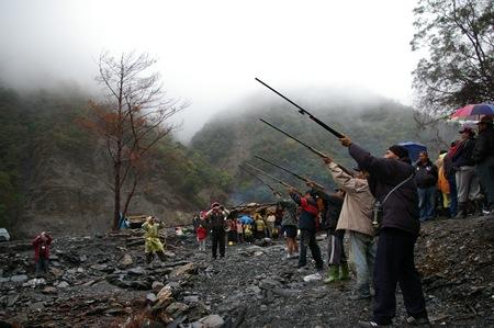 12 部落族人鳴槍告示