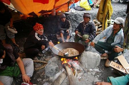 15 部落族人圍坐煮食
