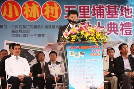 被麥克風檔到幾乎看不見的南台灣小巨人楊秋興